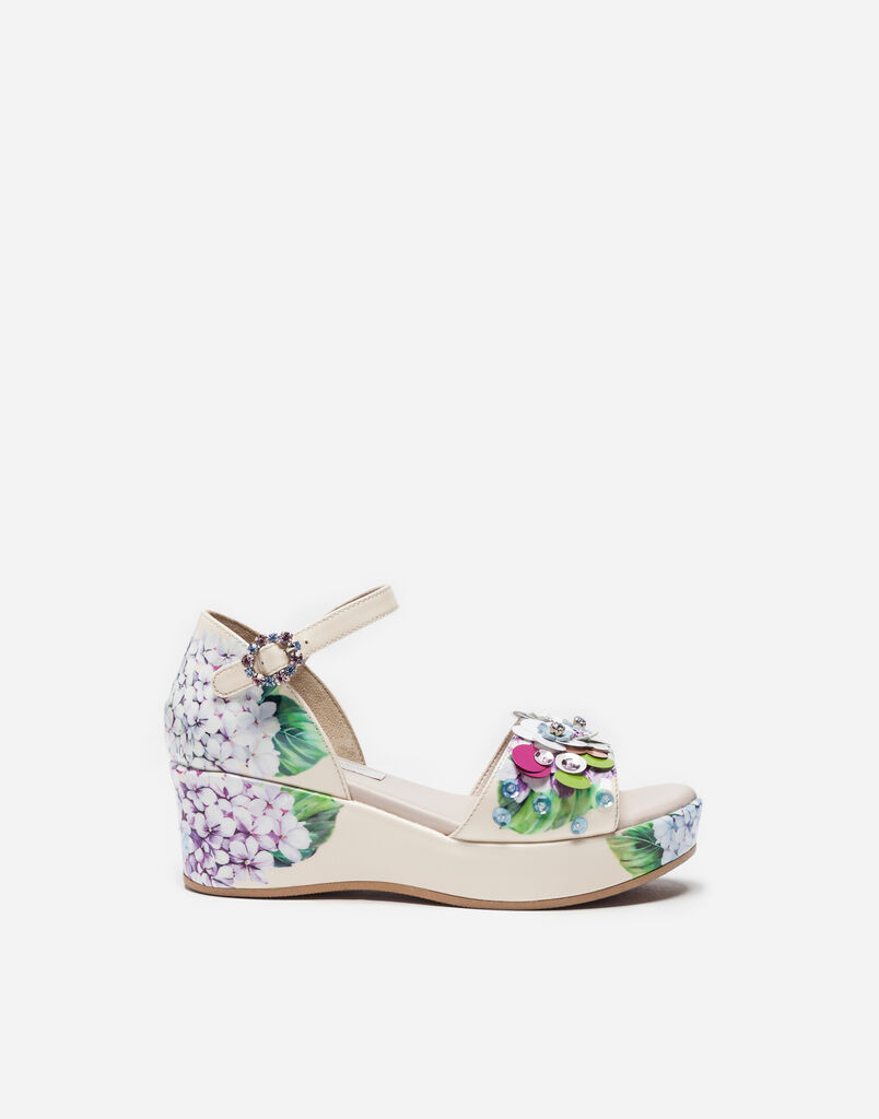 WEDGE SANDALS IN PRINTED PATENT LEATHER WITH APPLIQUÉ DETAILS
