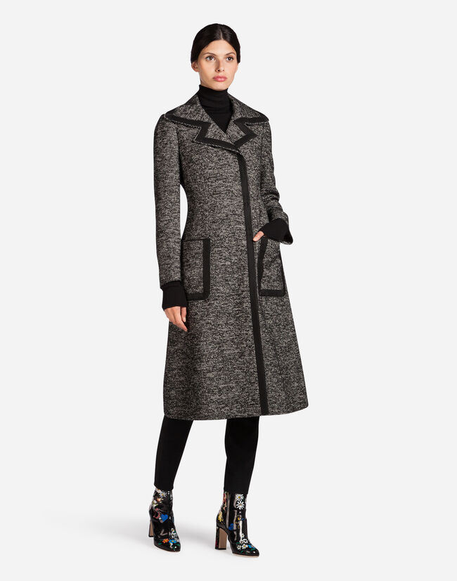 COAT WITH CONTRASTING-COLORED PIPING