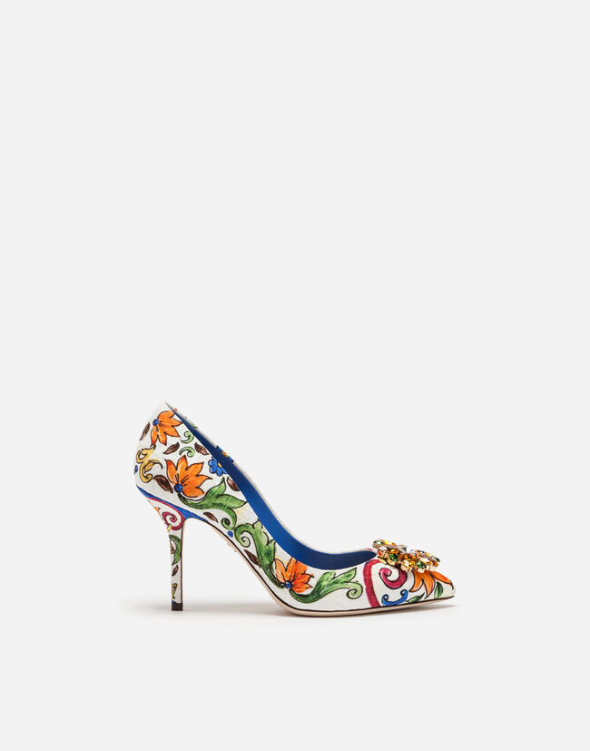 PUMPS IN PRINTED BROCADE WITH BROOCH